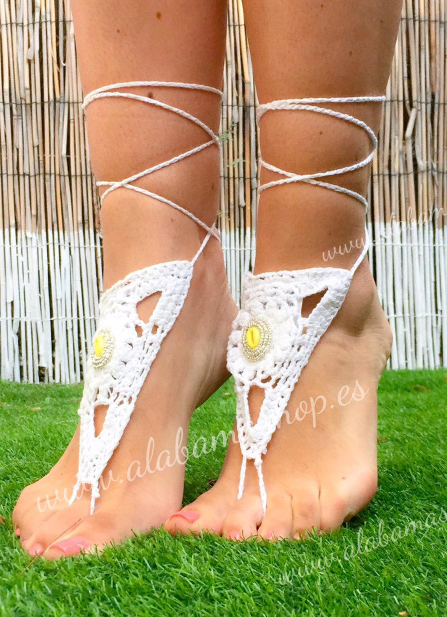 Preciosas piezas para decorar tus pies descalzos o con sandalias. Realizadas a mano en crochet y con decoración de concha marina en el centro. Precio por par. Alabama Shop