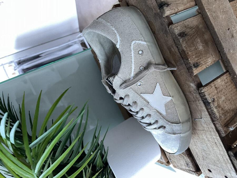 Sneaker de lona en tono beige. Tallaje amplio. Si estás entre dos tallas, coge la más pequeña. Pero si llevas siempre el mismo número, coge el habitual.  Alabama Shop