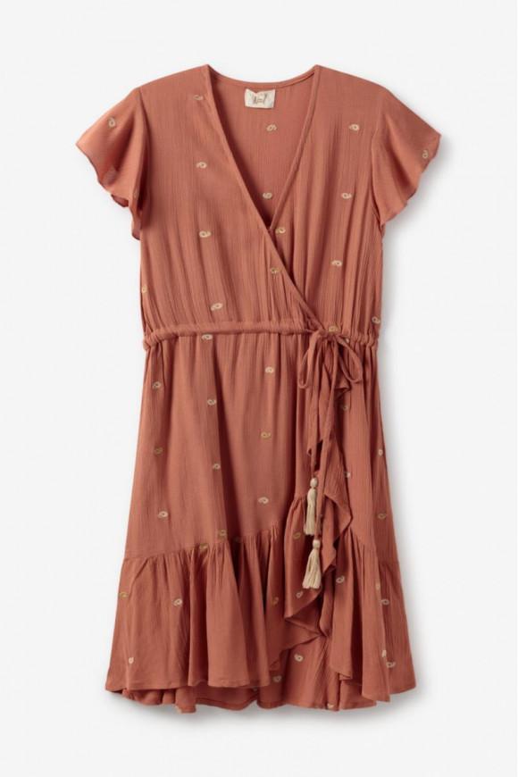 Vestido corto cruzado de color ladrillo de manga volante. Tejido con detalles bordados de hilos dorados y mates, cintura ajustable con cordón y pompones colgantes. Volantes en el bajo. Alabama Shop