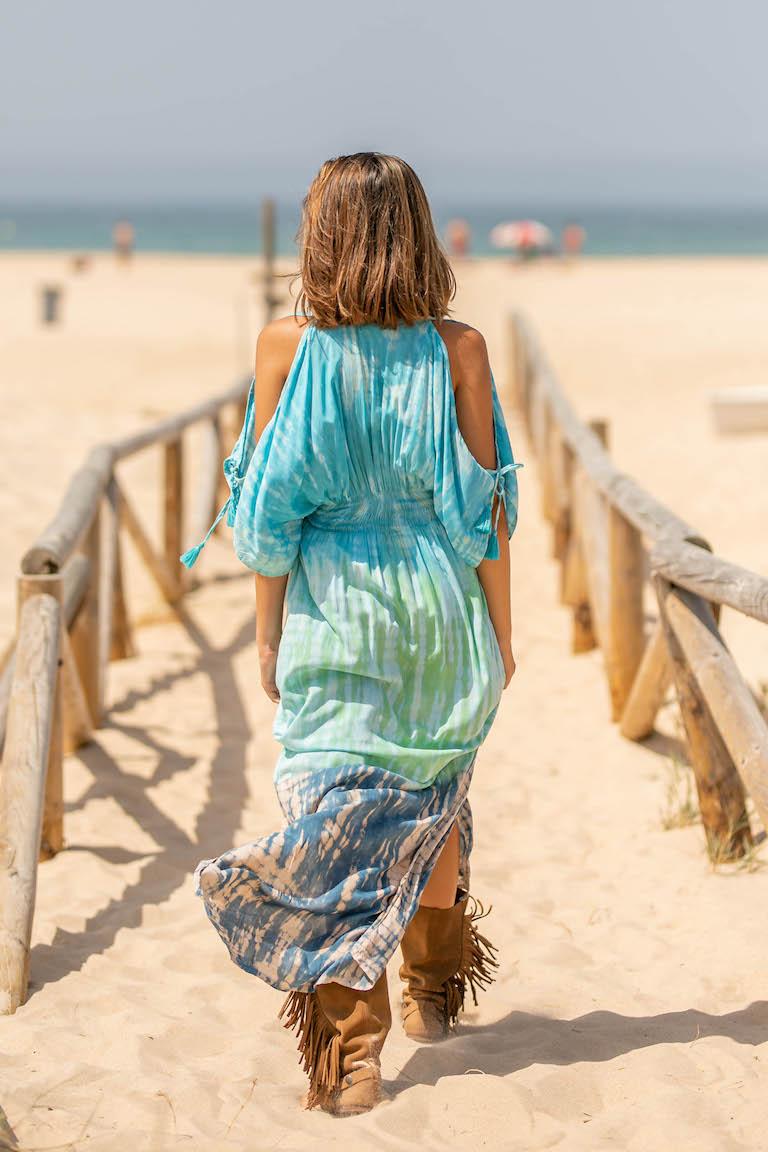 Vestido batik hecho a mano en Bali cruzado y con escote en v. Lleva un con volante en la parte inferior de la falda y más sutil en las mangas. Más largo por detrás que por delante. Composición: 100% rayón de primera calidad. Alabama Shop