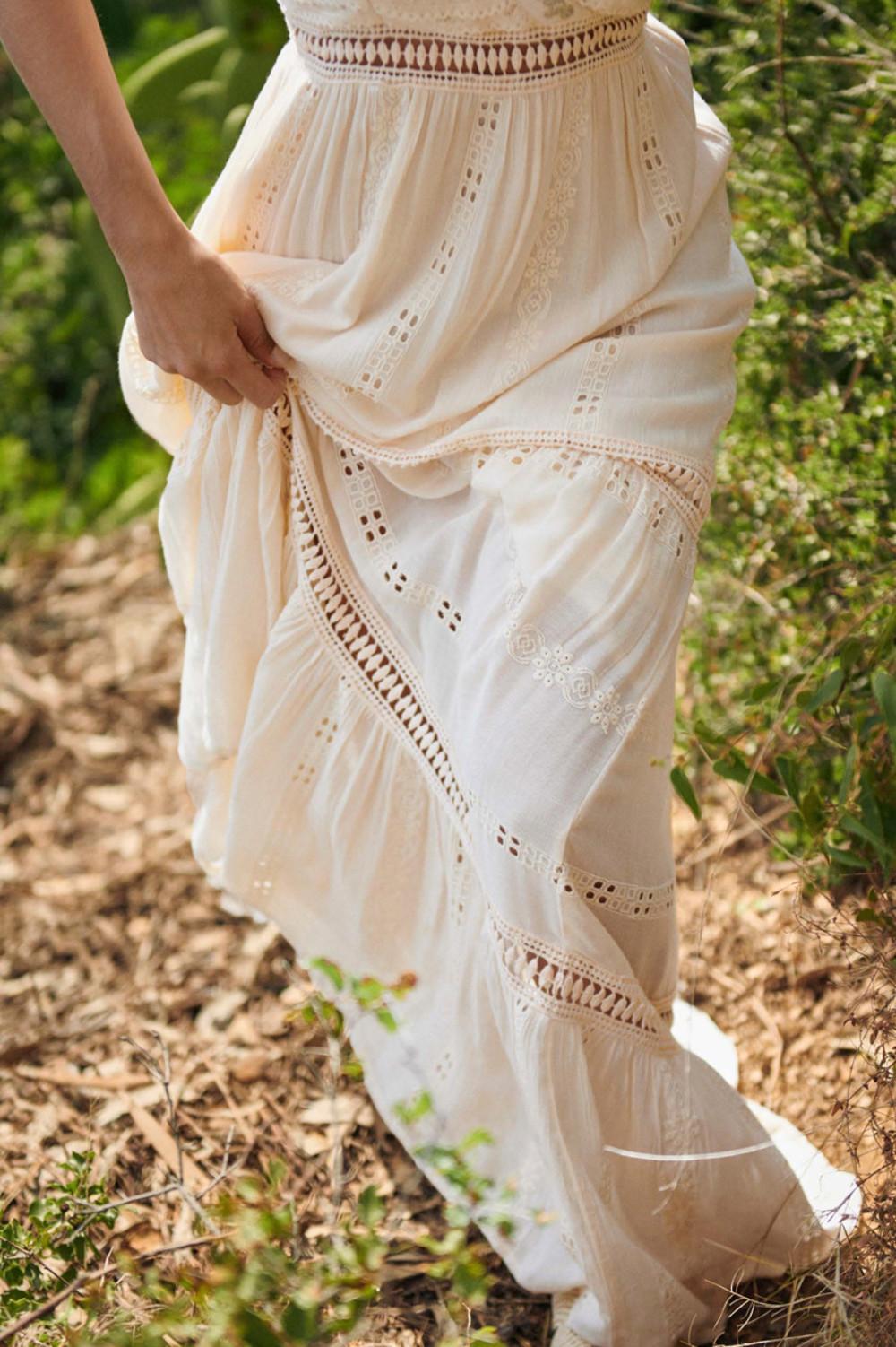 Vestido de mujer largo con bordados calados y detalle en pecho en dorado, escote en v, atado a cuello y espalda, interior con forro de algodón de la colección primavera - verano 2021 de NEKANE Alabama Shop
