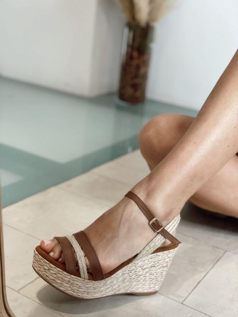 Sandalias de cuña con tiras de rafia y piel. Plantilla de piel efecto confort. Altura cuña: 9 cm Altura plataforma delantera: 3,5 cm Alabama Shop