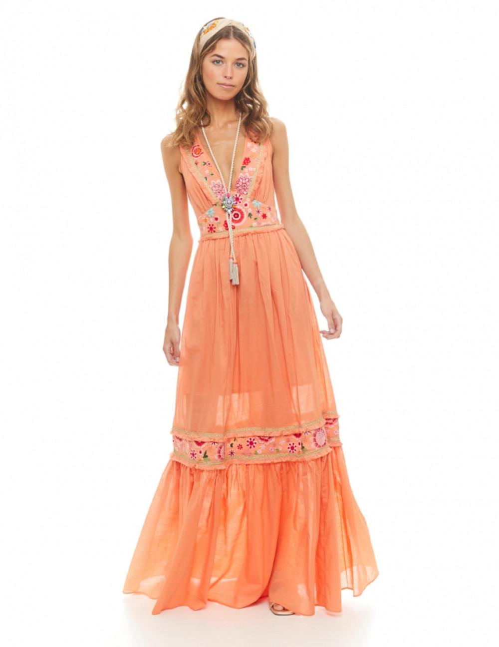 Vestido largo de algodón con escote en pico y con espalda descubierta y con cintas cruzaddas. Realizado en algodón,con telas bordadas, cintas de flecos y doradas. Alabama Shop