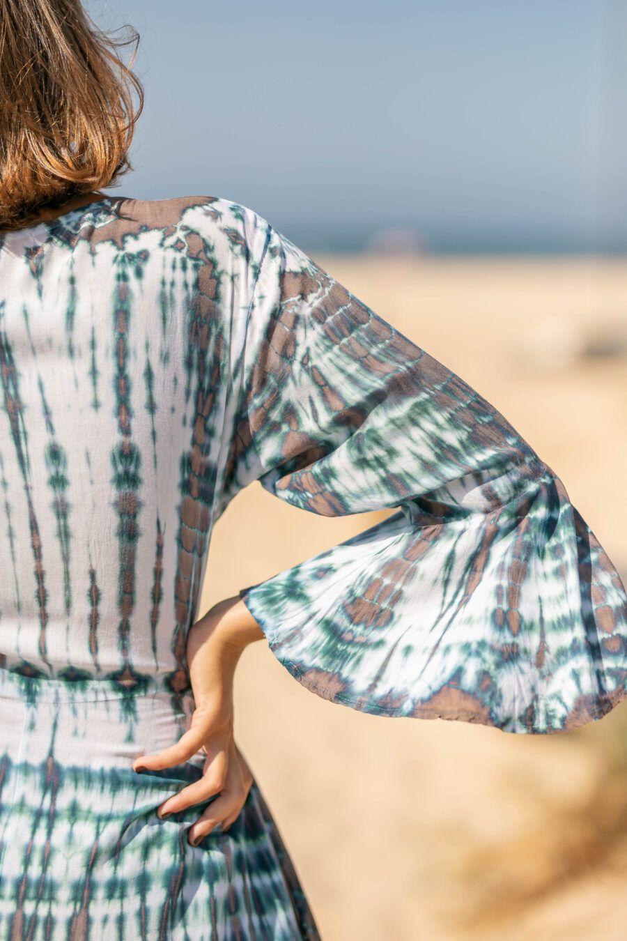 Vestido batik hecho a mano en Bali demanga acampanada.. Vaporoso, más corto por delante que por detrás. Composición: 100% rayón de primera calidad. Talla única. Alabama Shop