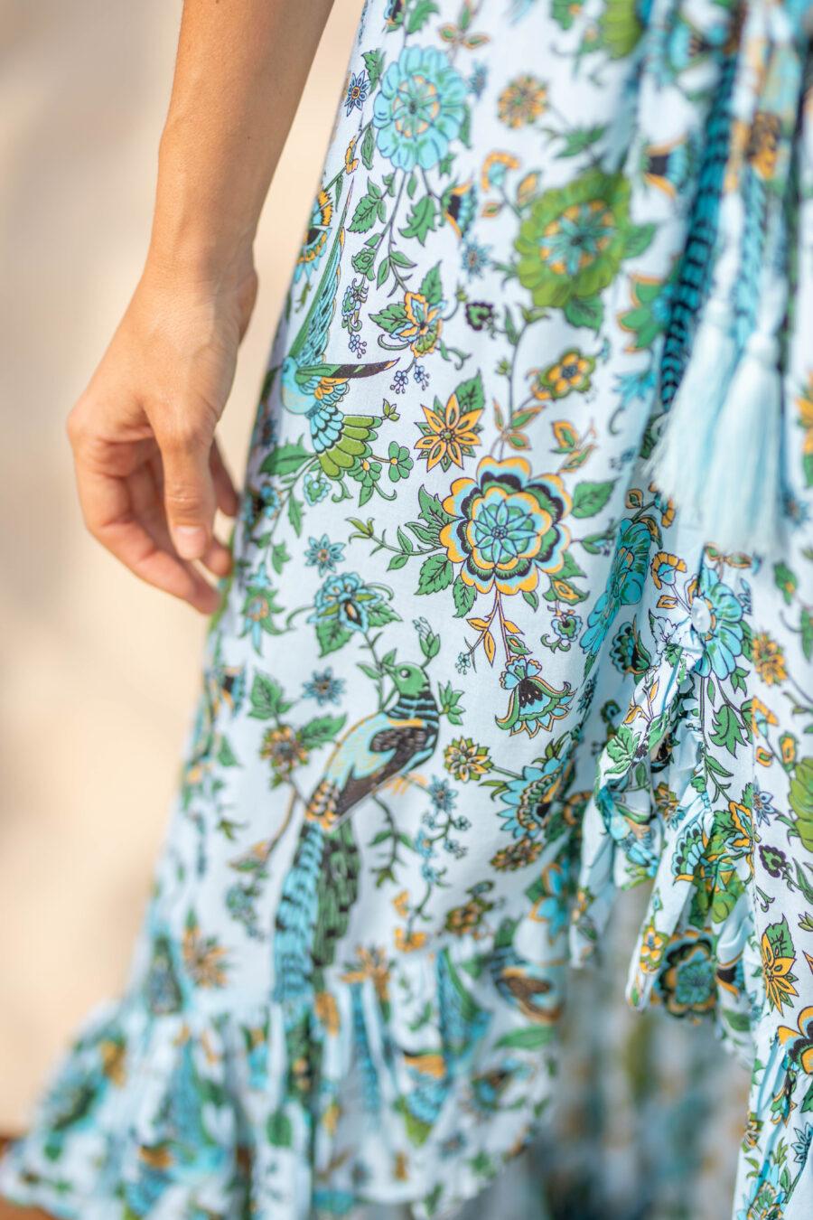 Vestido hecho a mano en Bali con botones y terminado en volante . Muy favorecedor. Composición: 100% rayón de primera calidad. Talla única. Alabama Shop
