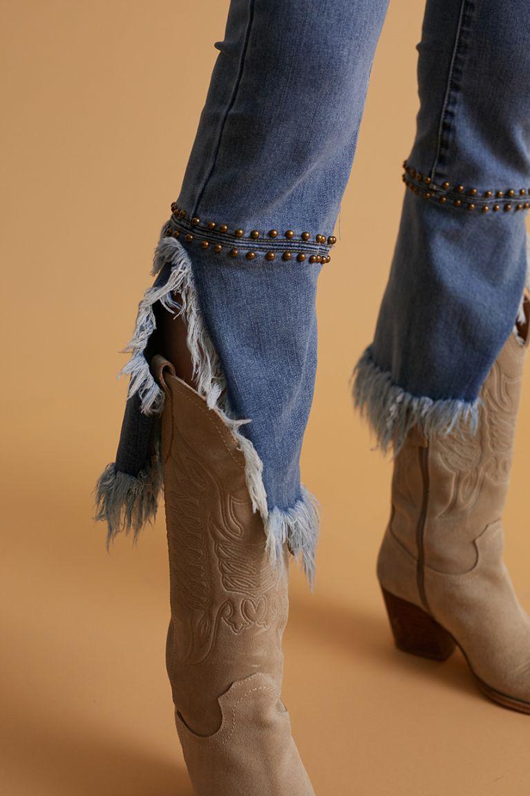 Jeans con bajo acampanado y deshilachado. Estilo boho. Elásticos y comodísimos. Alabama Shop