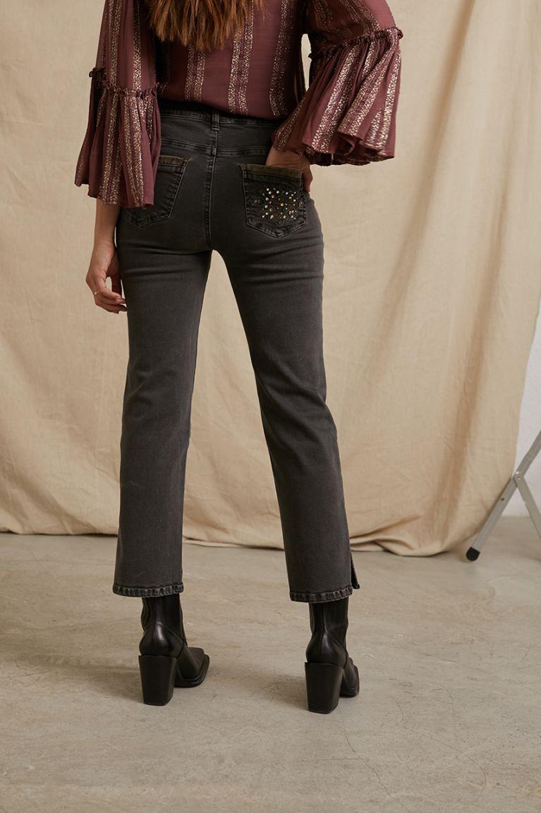 Jeans rectos en color charcoal. Abertura en la parte de abajo. Elásticos y comodísimos. Alabama Shop