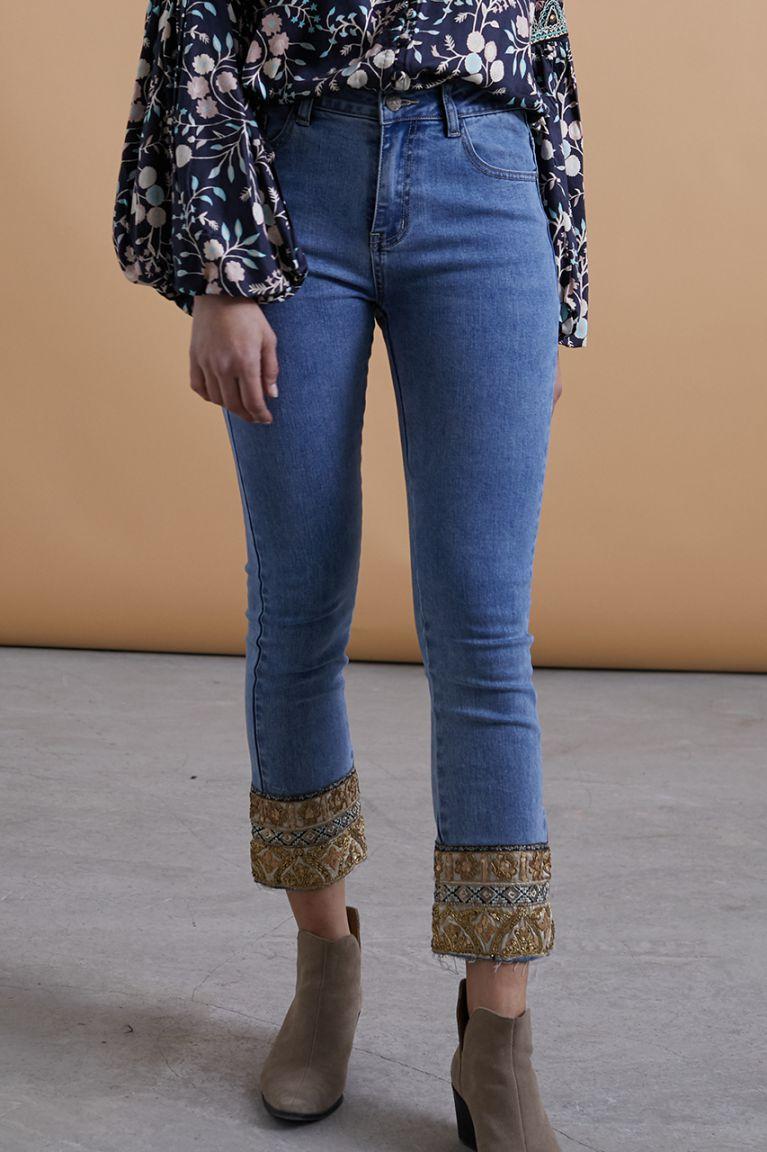 Jeans boho con detalle en el bajo. Elásticos y comodísimos. Alabama Shop