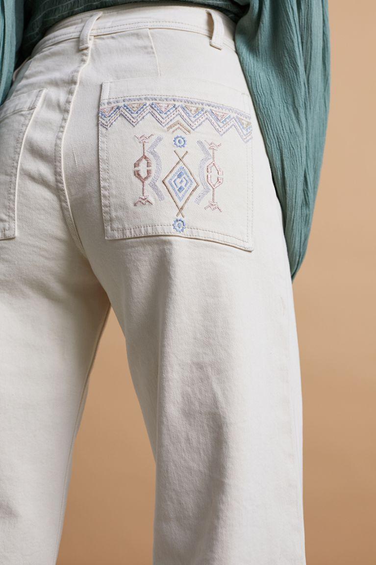 Jeans wide leg en color sand con bordados en bolsillos traseros. Alabama Shop