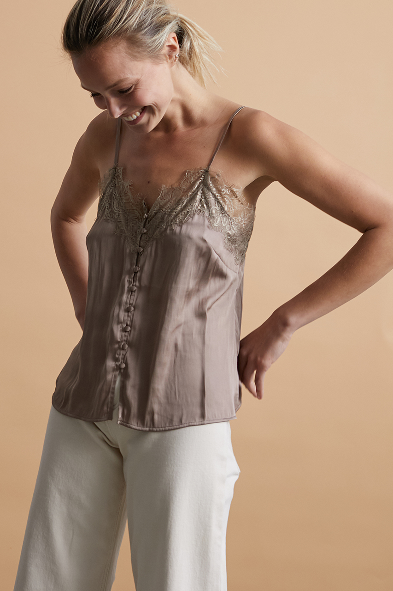 Top lencero de tirantes con encaje en color taupe. Alabama Shop