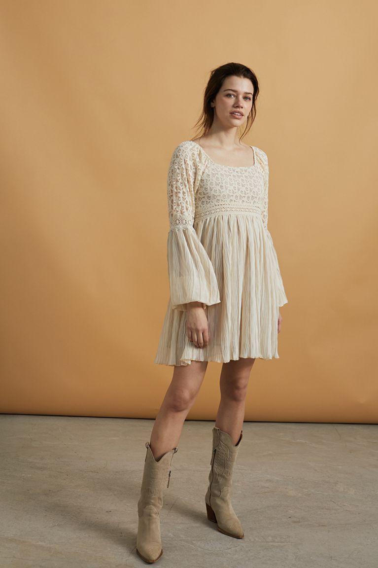 Vestido corto combinado de encaje y plisado en color ivory. Alabama Shop