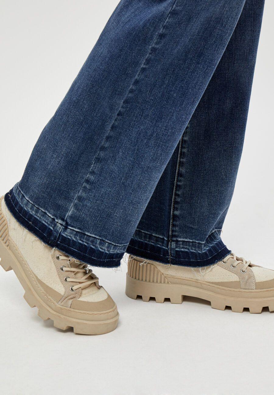 Vaqueros corte Wide Leg, cintura alta. 83% Cotton, 15% Polyester, 2% Elastane Alabama Shop