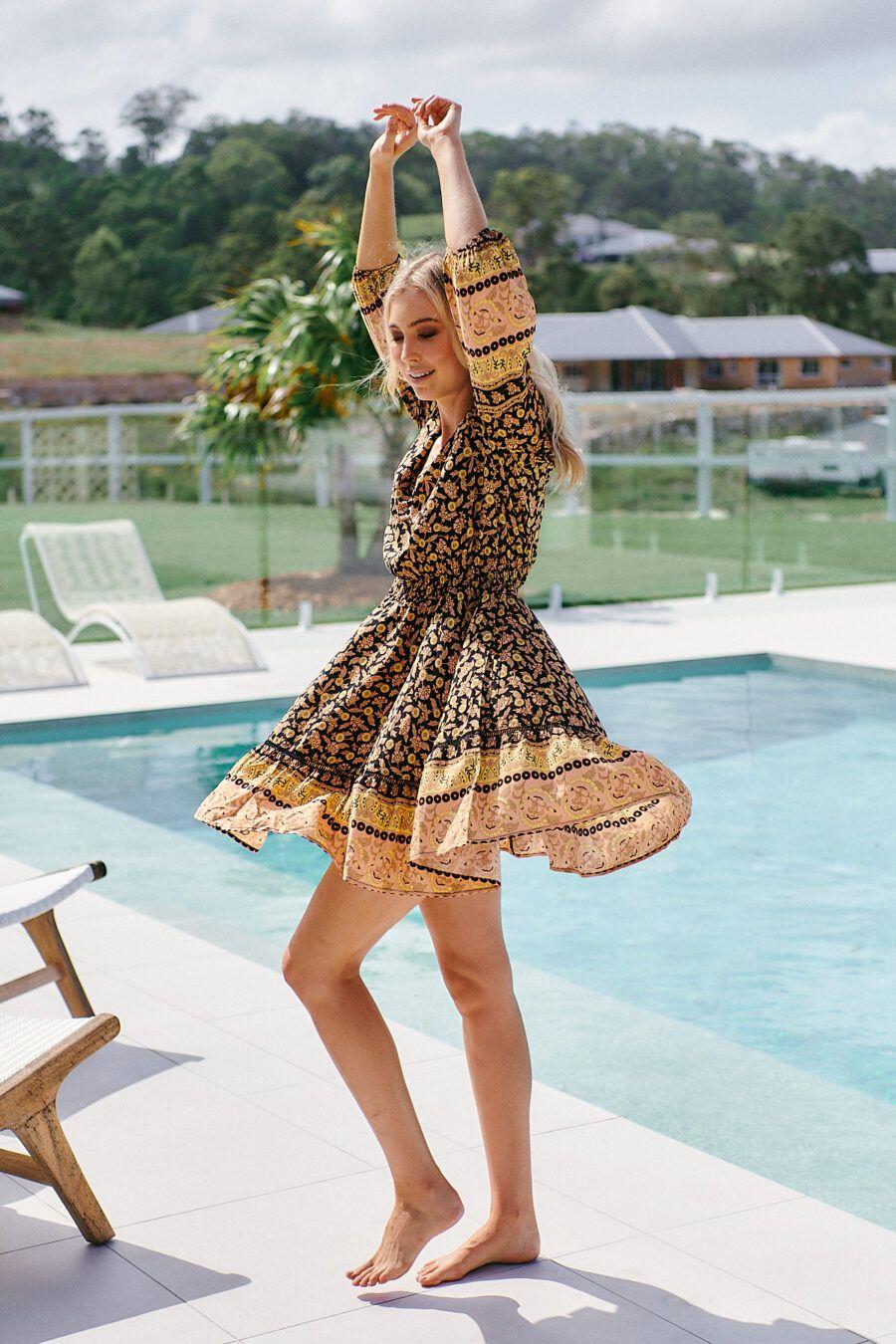 Vestido boho con estampado floral. La modelo lleva la talla XS. 100% rayón Alabama Shop