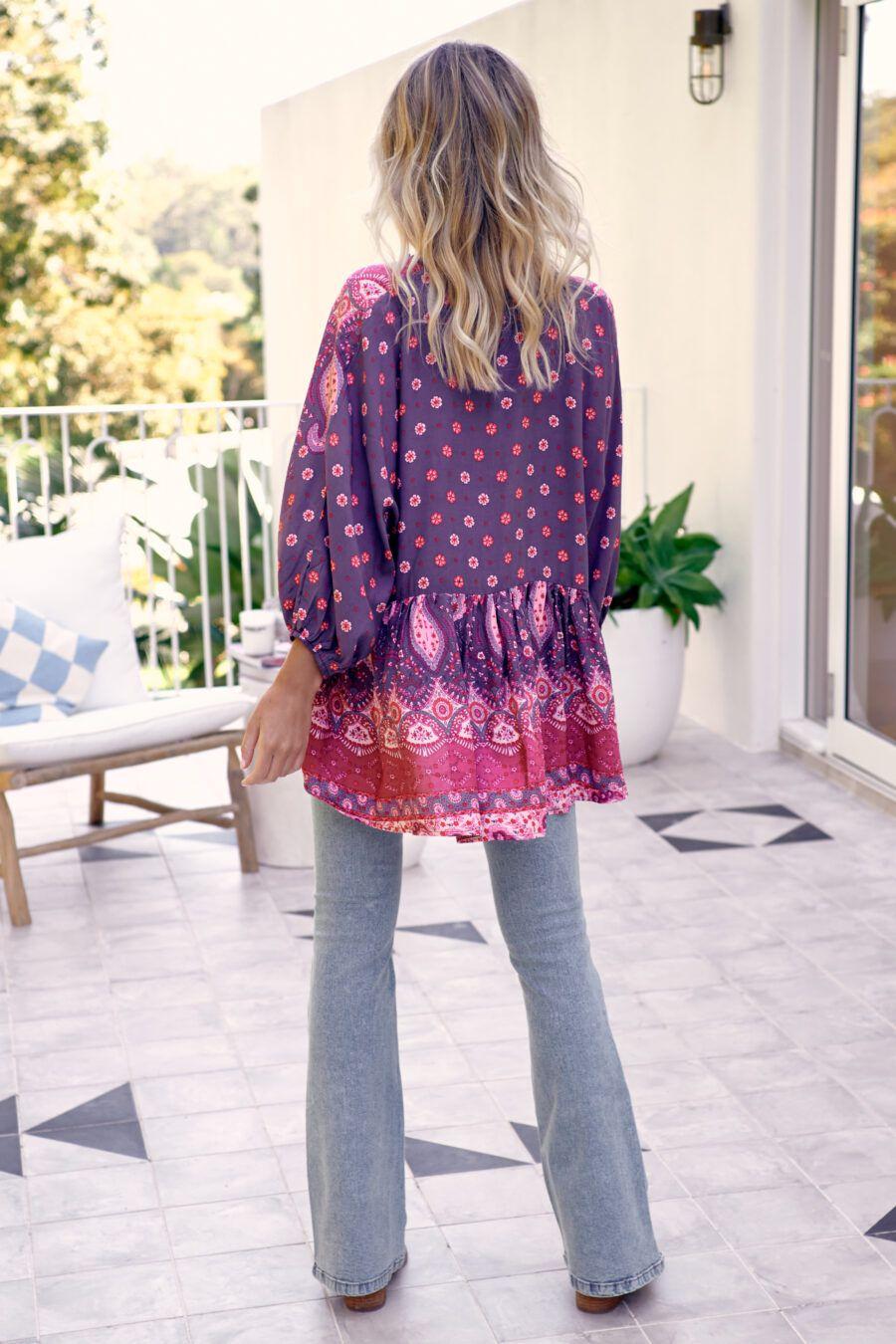 Blusa boho oversize con estampado floral. La modelo lleva la talla XS. 100% rayón Alabama Shop