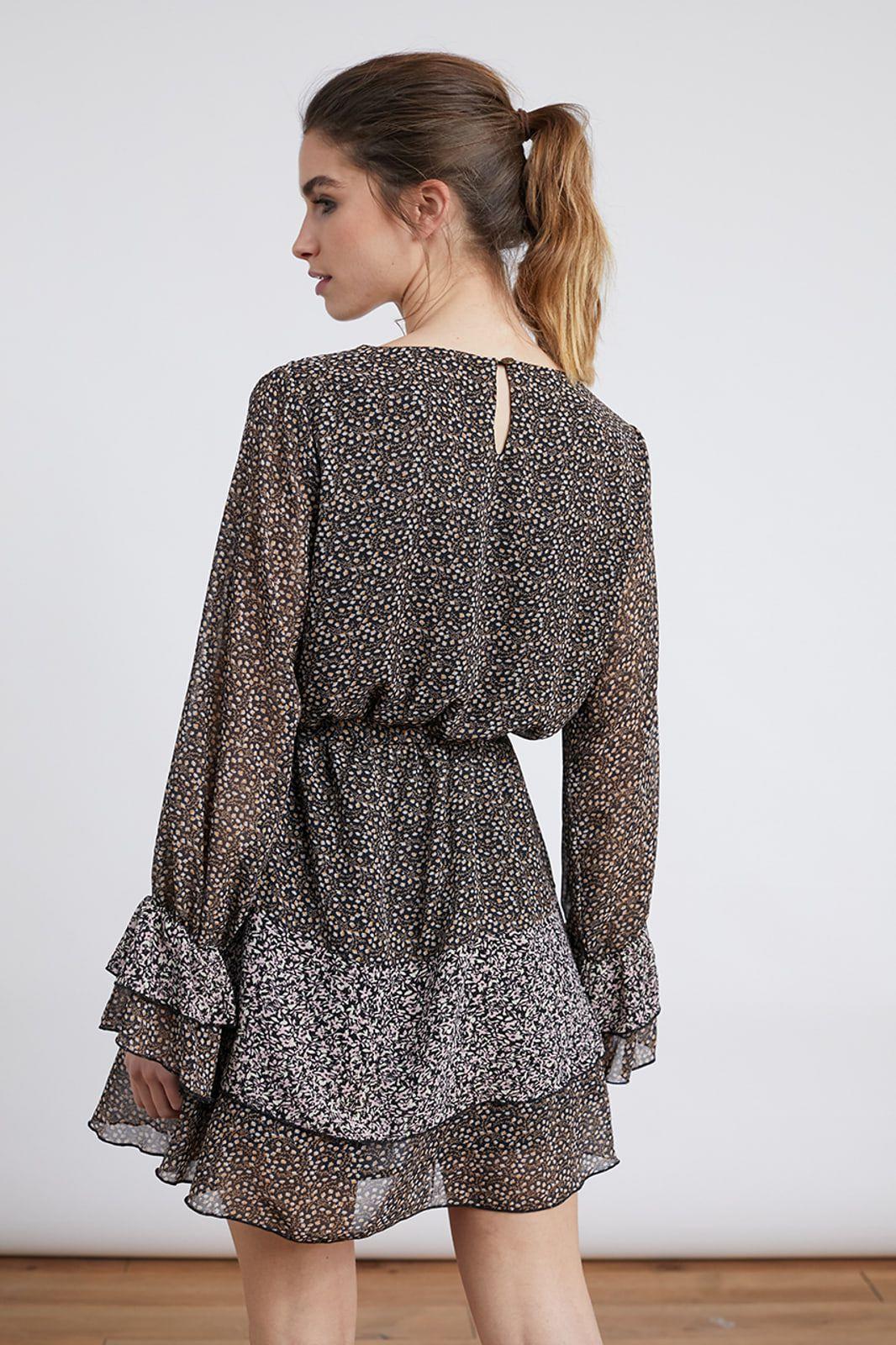 Vestido corto con microestampado floral. Cintura ajustable y puños acabados en goma elástica. Composición 100º/ₒ Poliester Alabama Shop