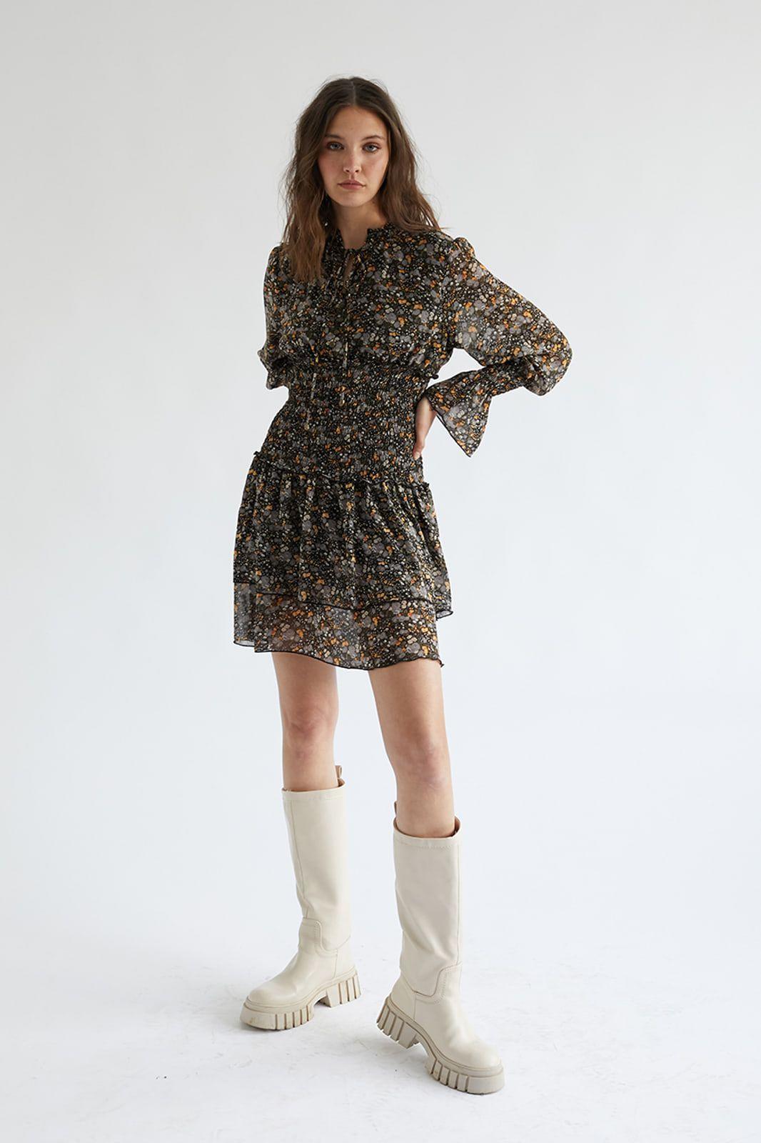 Vestido corto con estampado floral y cintura nido de abeja. Mangas con acabado elástico y ligeramente acampanadas. Cuello anudado con lazada. <b>Composición</b> 100% Poliester Alabama Shop