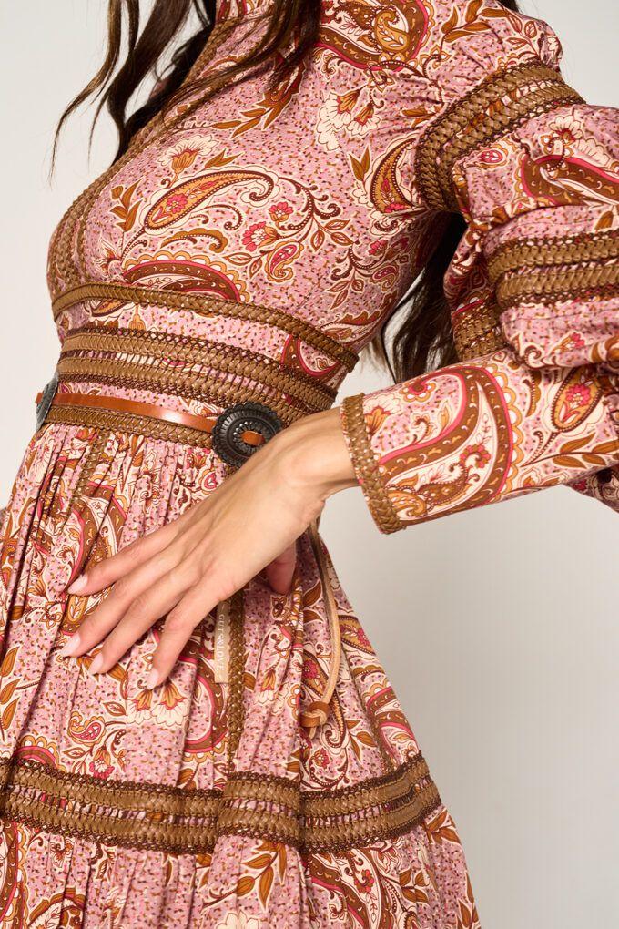 """<div class=""""product-single__description rte""""> Vestido mini de la marca <strong>Guts & love</strong> estampado . Cuello subido . Manga abullonada en antebrazo. Puño con botones forrados. Falda plisada. Detalle de pasamaneria en cintura, bajo y mangas. Cierre trasero con cremallera en la espalda <strong>Composición</strong>: 100% Algodón Referencia: V-21-0-020 </div> <div class=""""social-sharing """"></div> Alabama Shop"""
