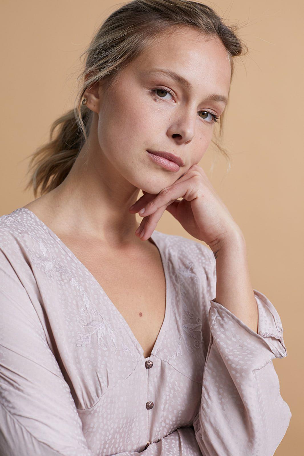 Blusa de raso de manga larga, con escote bordado y botones a contraste <b>Composición</b> 100% Poliester Alabama Shop