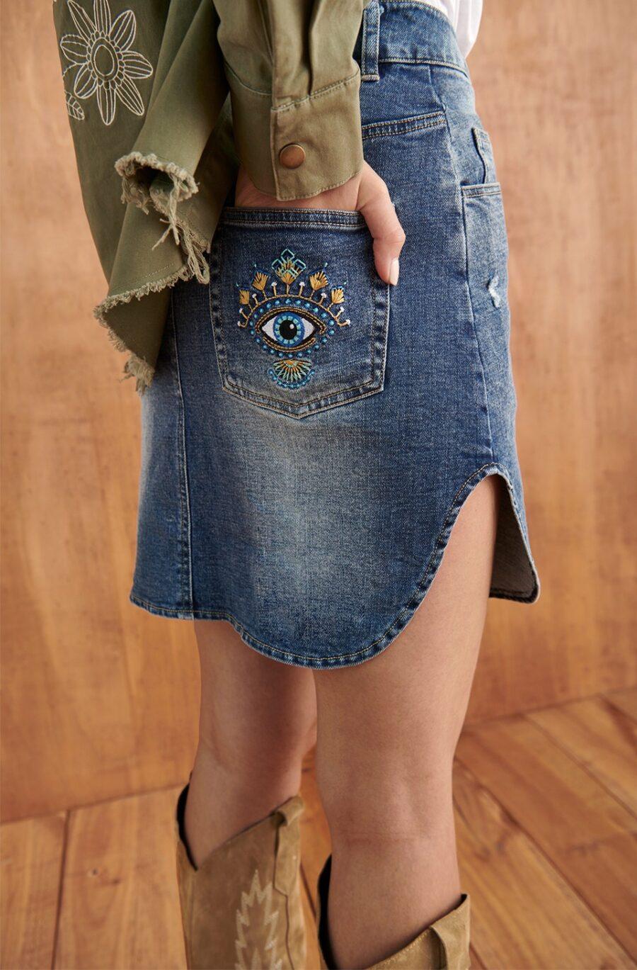 <ul> <li>Mini falda vaquera con corte asimétrico en ambos lados</li> <li>Marca Fetiche.</li> <li>Detalle de bordado de ojo en uno de los bolsillos traseros</li> <li>Se adapta súper bien al cuerpo porque es muy elástica</li> <li>70% Algodón y 30% Nylon</li> <li>La modelo mide 1.80cm y lleva la talla S</li> </ul> Alabama Shop