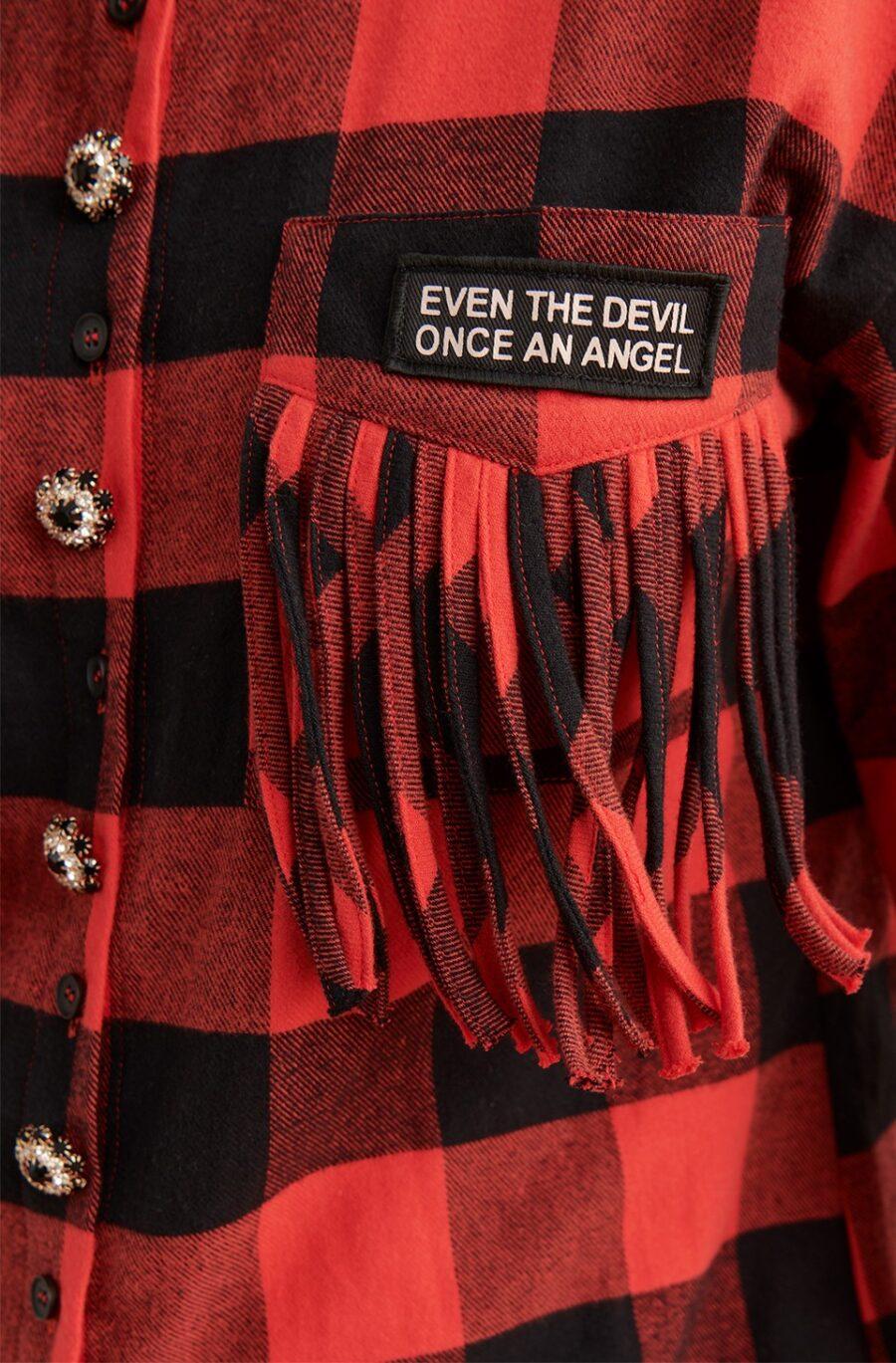 <ul> <li>Vestido con estampado de cuadros Escoceses en tonos rojo y negro</li> <li>Marca Fetiche</li> <li>Adorno de botones Joya</li> <li>Detalle de bordado LOVE en la espalda</li> <li>Bolsillos con flecos y detalle de parche</li> <li>Manga larga</li> <li>Tejido muy gustoso, suave y calentito</li> <li>La modelo mide 1.80cm y lleva la talla S</li> <li></li> </ul> Alabama Shop