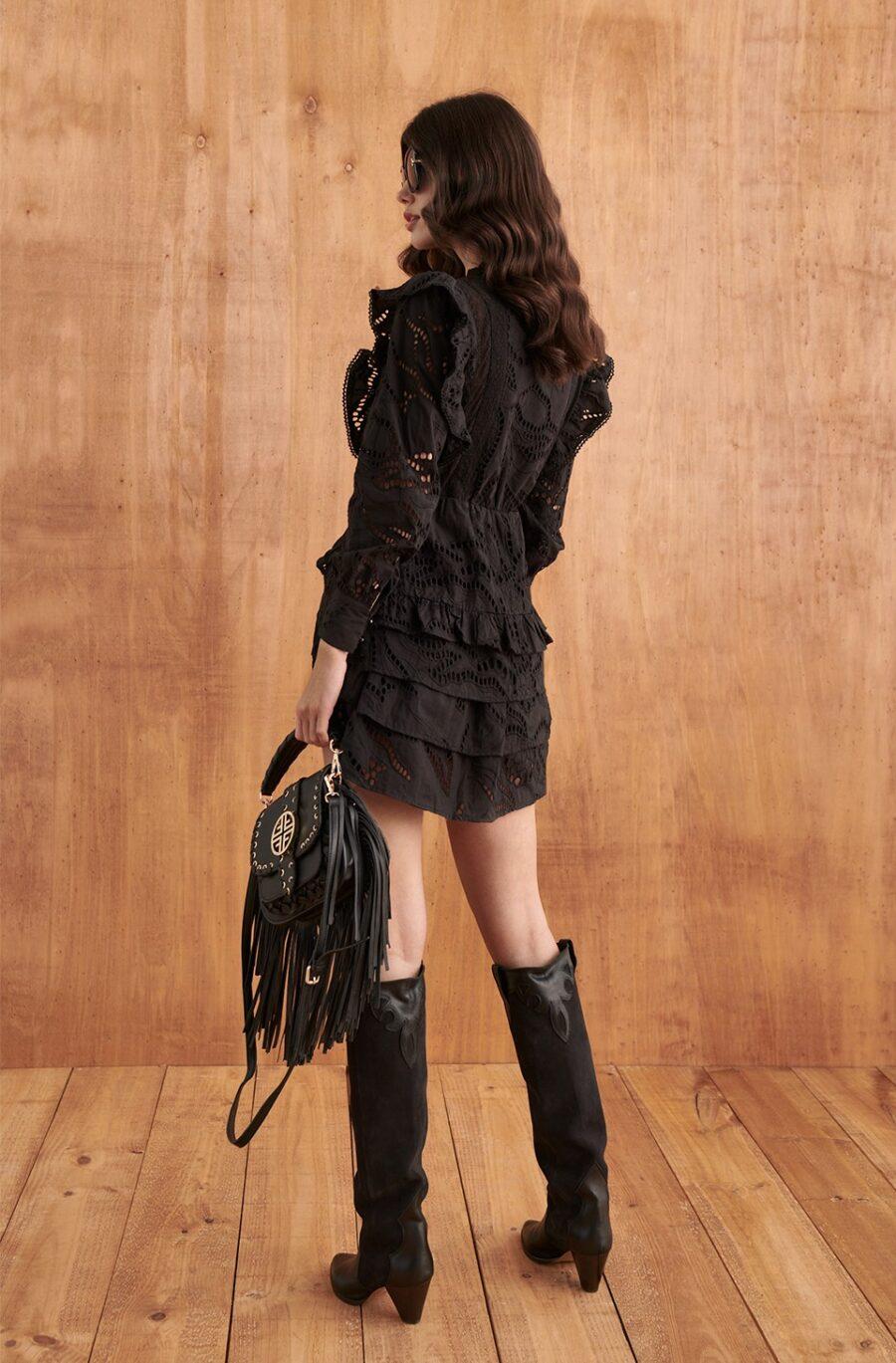 <ul> <li>Vestido de la marca Fetiche de color negro con bordados trquelados al tono</li> <li>Detalle de volantes en las mangas</li> <li>Cintura elástica</li> <li>Falda asimétrica con varias capas de volantes</li> <li>Con forro en el interior</li> <li>100% Algodón</li> </ul> Alabama Shop