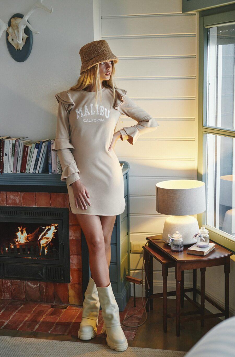 <ul> <li>Vestido sudadera en color camel</li> <li>Marca Fetiche</li> <li>Adorno de bordado Malibu Australia</li> <li>Manga larga con detalle de volantes</li> <li>100% Algodón</li> <li>La modelo mide 1.80cm y lleva talla S</li> </ul> Alabama Shop