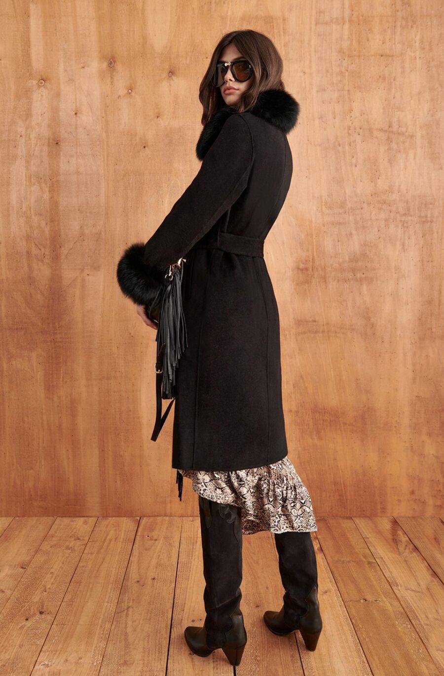 <ul> <li>Abrigo de color negro con detalle de puños y cuello desmontable de pelo natural para poder proceder a su limpieza profesional</li> <li>Marca Fetiche</li> <li>Con bolsillo</li> <li>Detalle de flecos</li> <li>Botones dorados</li> <li>90% Lana y 10% Cashemere</li> <li>La modelo lleva la talla S y mide 1.80cm</li> </ul> Alabama Shop