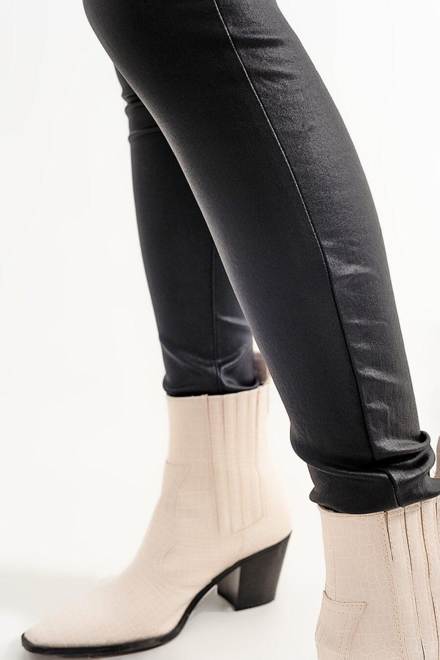"""<p id=""""description"""">¡Estos pantalones son la ropa formal perfecta! Están hechos de piel sintética y tienen un cinturón y bolsillos laterales para guardar todos tus elementos esenciales. Combínalos con tu blusa o camisa de vestir favorita.</p> <div id=""""extra_info""""> <div id=""""composition"""">78% Viscosa 18% Poliamida 4% Elastane</div> <div id=""""model_size"""">La modelo lleva la talla S.</div> <div id=""""model_size""""></div> <div id=""""fit"""">La modelo mide: 87-61-89 Altura: 1'80m.</div> <div id=""""fit"""">Talla normal.</div> <div id=""""fit"""">Super Ajustado.</div> <div id=""""fit"""">Tiro: alto.</div> <div id=""""fit"""">Largo: regular.</div> </div> Alabama Shop"""