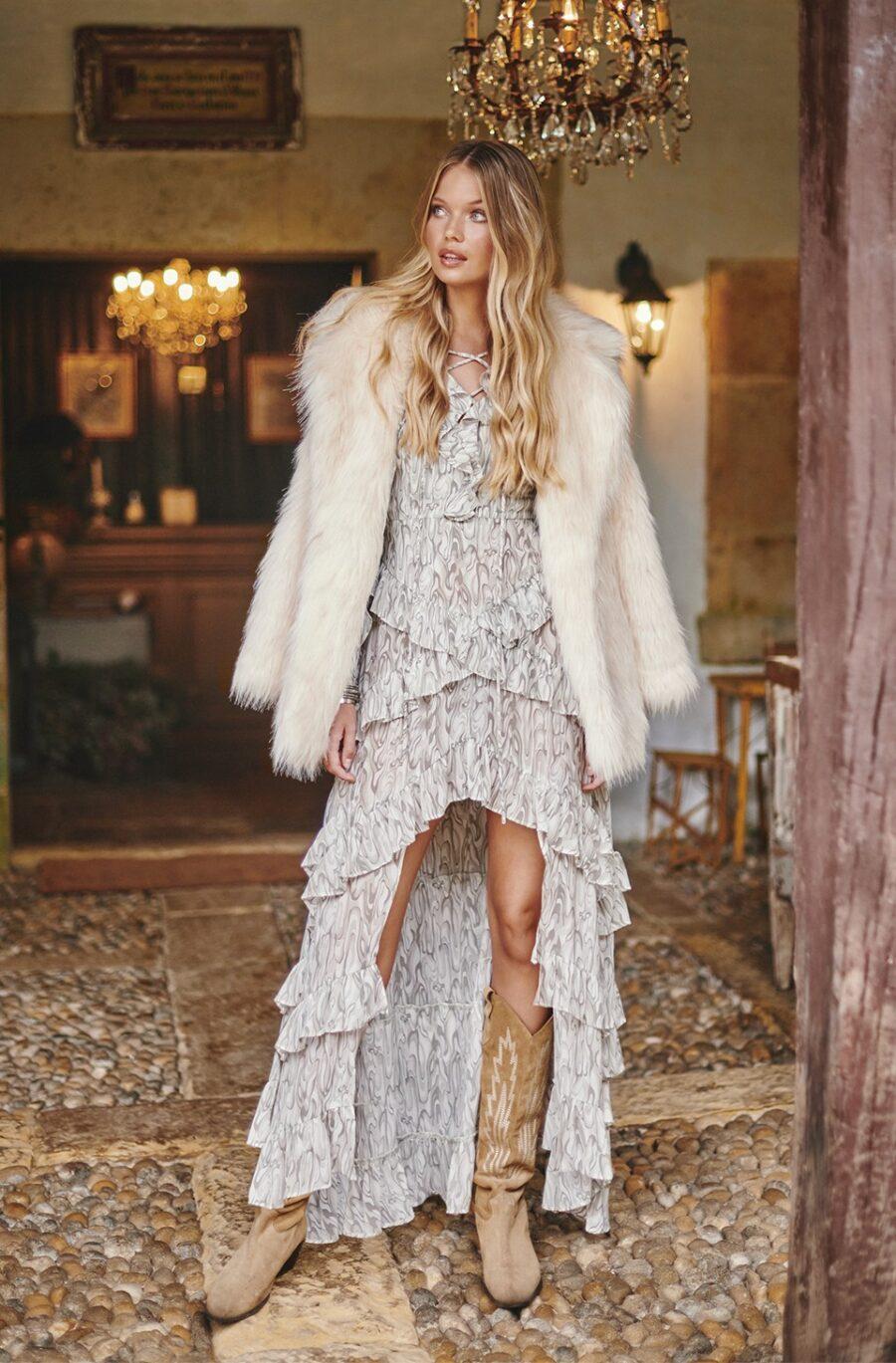 <ul> <li>Abrigo de pelo largo sintético en color beige</li> <li>Marca Fetiche</li> <li>Con forro en el interior</li> <li>Estilo bohemio</li> <li>Con bolsillos</li> <li>La modelo mide 1.80cm y lleva la talla S</li> </ul> Alabama Shop