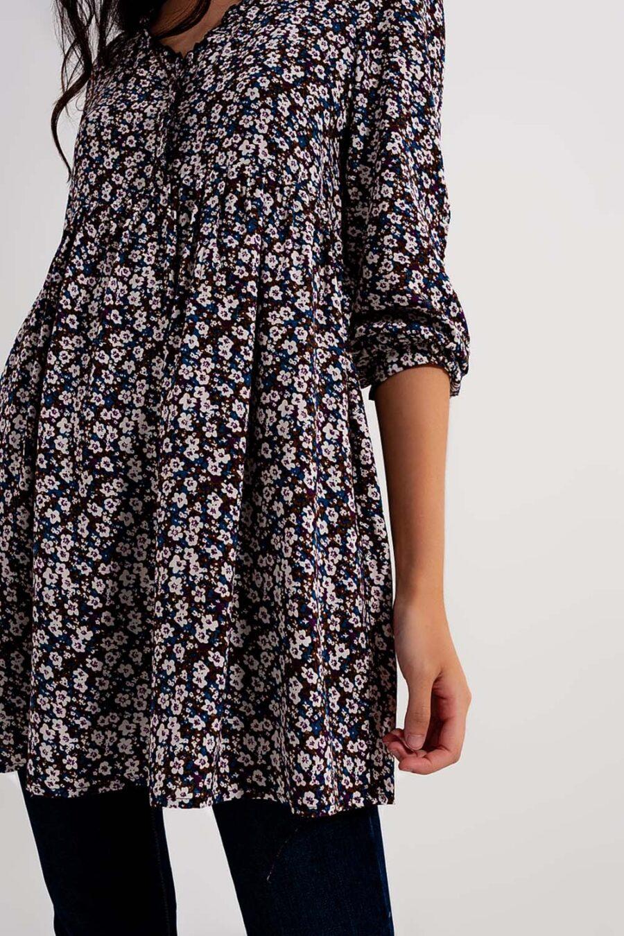 """<p id=""""description"""">¡Enamórate del vestido más favorecedor de esta temporada! Este mini vestido con botones te hará sentir como si estuvieras viviendo en el otoño. Fabricado en un cómodo tejido este minivestido es perfecto para la transición de tu armario a los meses más fríos que se avecinan. Combínalo con botas y un suéter para conseguir un look elegante y sin esfuerzo.</p> <div id=""""extra_info""""> <div id=""""composition"""">100% Viscosa Forro: 100% Poliester</div> <div id=""""model_size"""">La modelo lleva la talla S.</div> <div id=""""model_size""""></div> <div id=""""fit"""">La modelo mide: 82-62-90 Altura: 179.</div> <div id=""""fit"""">Talla normal.</div> <div id=""""fit"""">Corte Holgado.</div> <div id=""""fit"""">Largo: corto.</div> </div> Alabama Shop"""